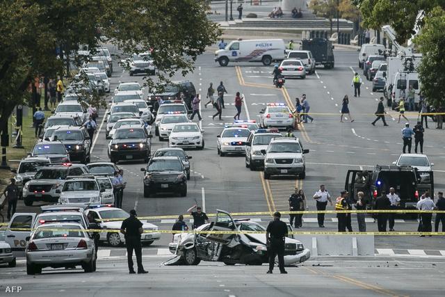Lövéseket adtak le a rendőrök egy autóra az amerikai törvényhozás épületének közelében. Az autót a Fehér Háztól üldözték a rendőrök. A Capitolium környékét egy időre lezárták, de már feloldották a zárlatot. Kapcsolódó hírünket a linkre kattintva olvashatják!
