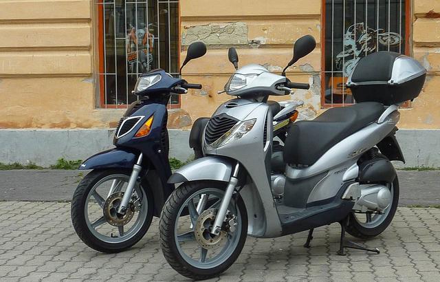 Két régi Honda SH a győri Almamotornál. Mindkettő használható, de a kék, karburátoros modell egy kicsit kopottas