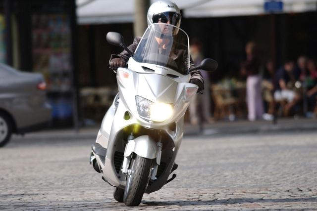 A Honda Foresight szemből nagyon hasonlít a kétütemű Pantheonra, de ebben kétszázötven köbcentis motor van. A kilencvenes évek végén ennek volt a legnagyobb csomagtere a kategóriában