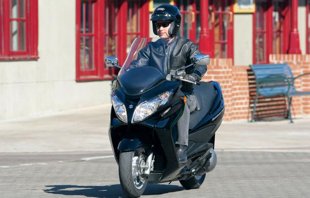 Egy 2009-es Suzuki Burgman 400. Ezeket már bőven 500 ezer forint fölött adják, ha jól állapotúak