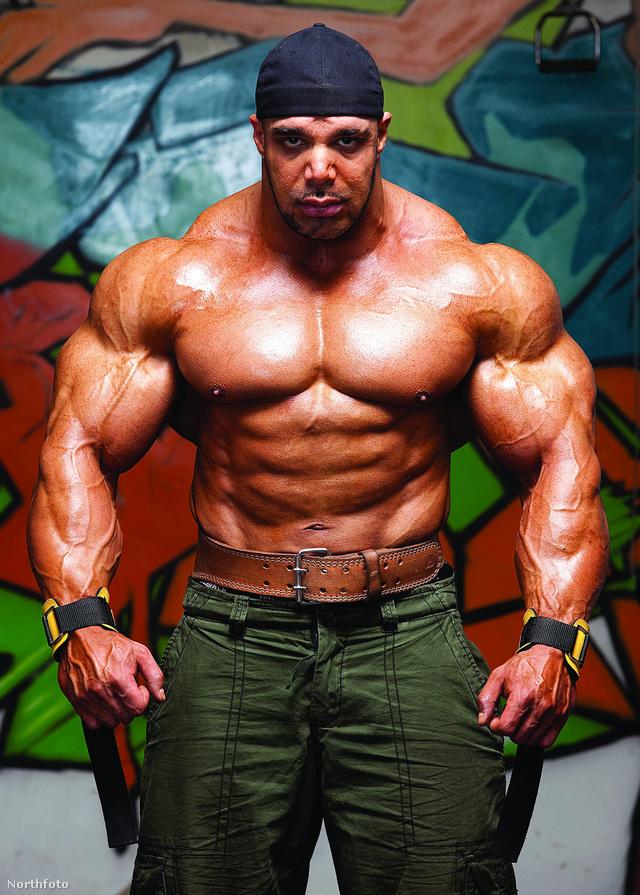 Zack Khan és elképesztő méretű izmai