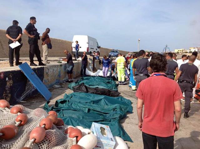 Illegális bevándorlók letakart holttestei az Olaszországhoz tartozó, földközi-tengeri Lampedusa sziget partján