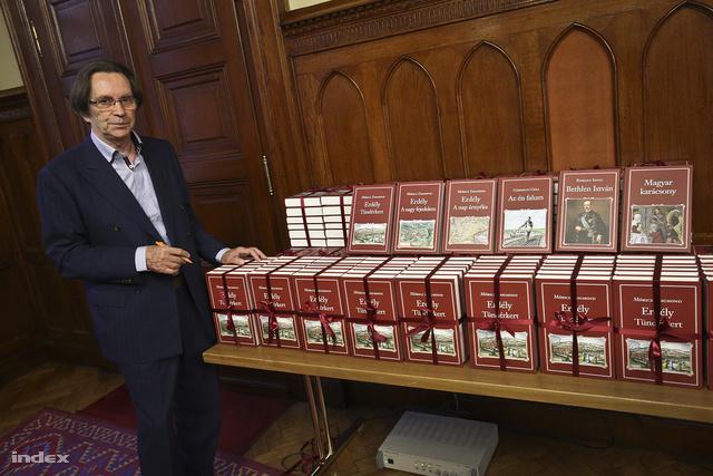 Kerényi Imre miniszterelnöki megbízott sajtótájékoztatót tart a Nemzeti Könyvtár legújabb köteteinek bemutatóján a Parlament Gobelin termében.