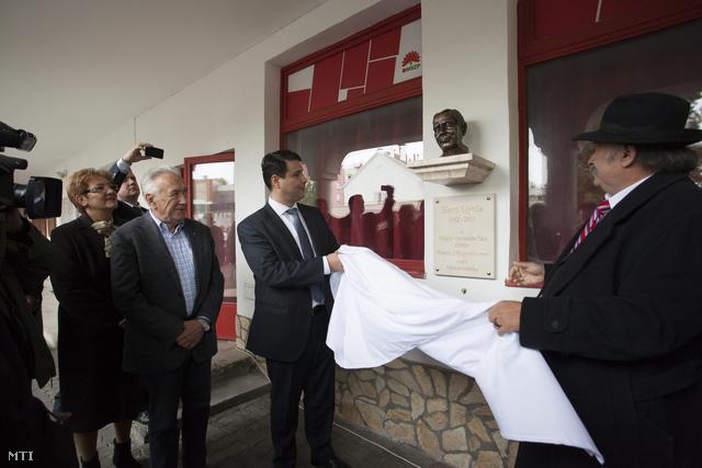 Lamperth Mónika, Kovács László, Mesterházy Attila és  Suchman Tamás  leleplezik Horn Gyula néhai miniszterelnök szobrát