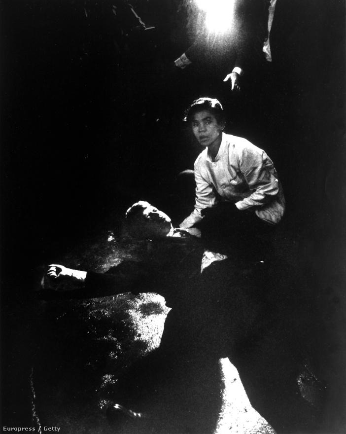 Robert F. Kennedy meggyilkolása, 1968. - Eppridge leghíresebb fotója a merénylet utáni pillanatokban készült a haldokló szenátorról.