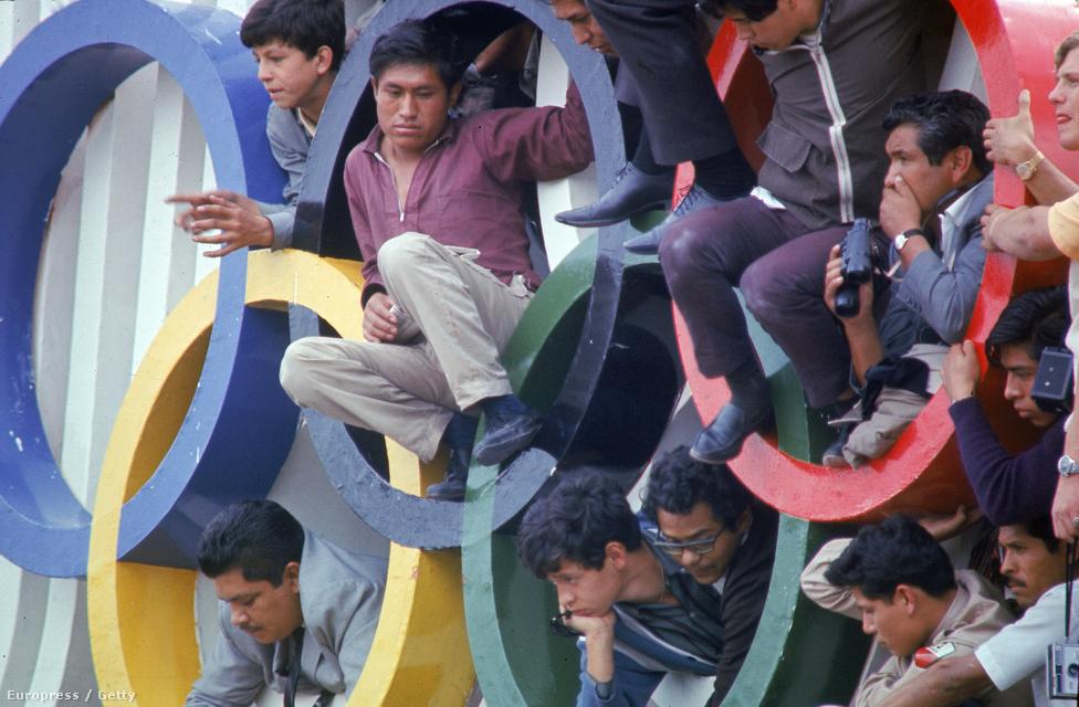 Nézők a Mexikói Olimpia megnyitóján, 1968.