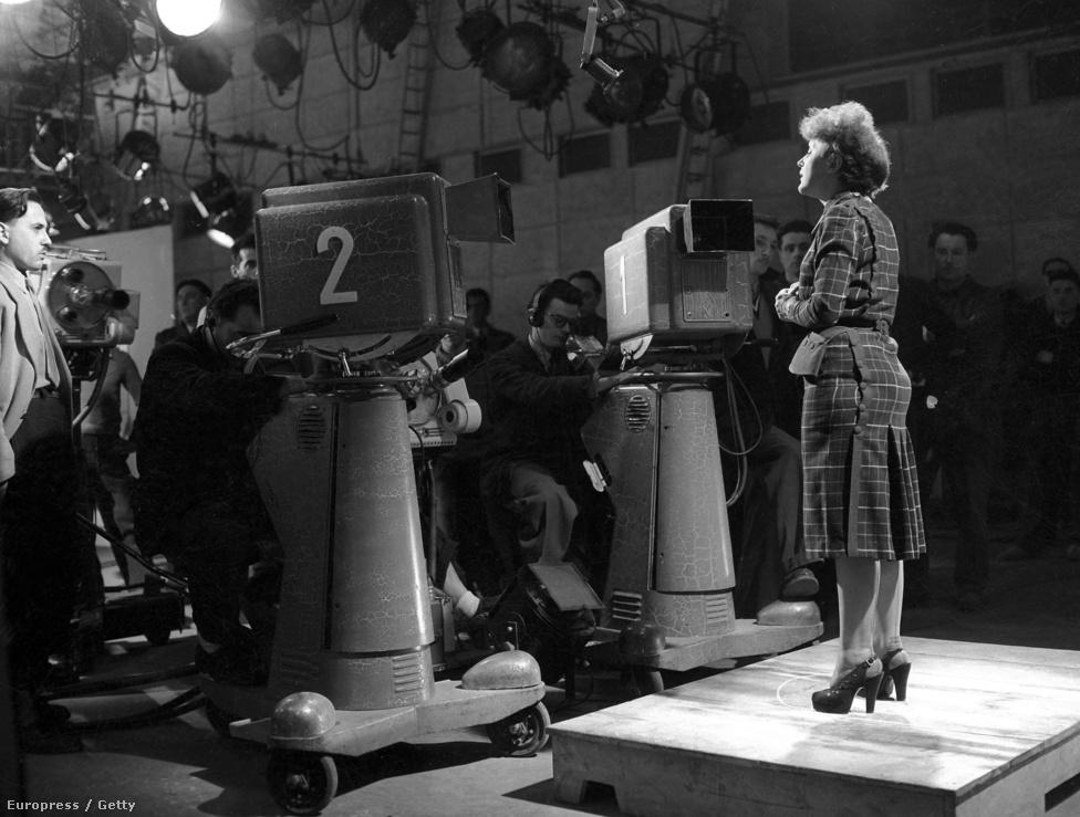1951-ben a Piaf a francia tévében énekel. A korai '50-es években ért karrierje csúcsára, de, bár esténként 1000 dollárért lépett fel, mégis folyamatos anyagi gondban volt. Cerdan halála után a magánélete egyre inkább szétcsúszott, és egy autóbaleset után alkohol- és morfinfüggő lett. Egy nála tíz évvel idősebb színész és énekes, Jacques Pills próbált segíteni a felépülésben.