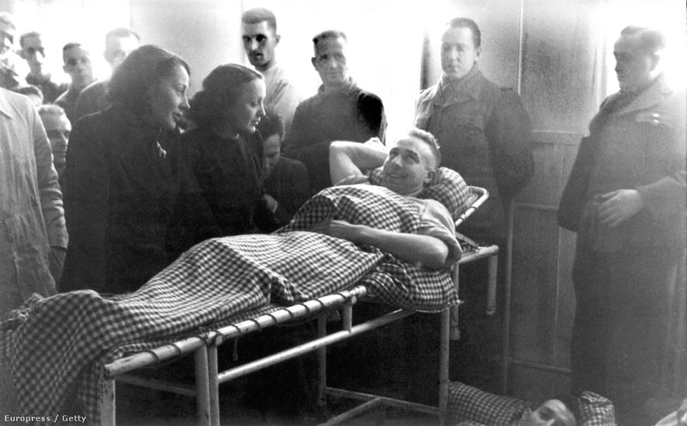 1940-ben beteg francia katonákat látogat meg egy német munkatáborban. A háború alatt sokan árulónak tartották, mert Párizsban fellépett a megszálló németek partijain. Később azt mondta, hogy a francia ellenállásnak dolgozott, amire nincs bizonyíték, viszont több embernek is segített menekülni a náci üldözés elől. Állítólag a látogatások is a hadifoglyokat segítették, akik a sajtófotókból kivágták a képüket, és ezt használták a hamisított útlevelükben.
