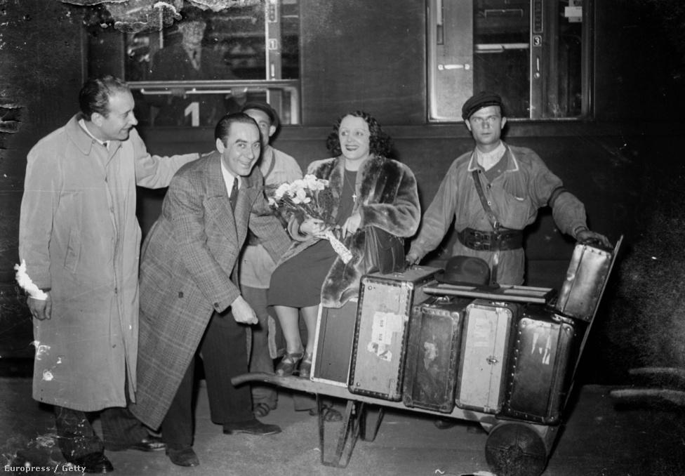 1943 októberében a párizsi Keleti Pályaudvaron. Épp Németországból tér vissza. Közben Franciaországban egyre befutottabb, már ő veszi pártfogásába a feltörekvő énekeseket. Jellemzően fiatal férfiakat, akik később sokszor a szeretői lettek.