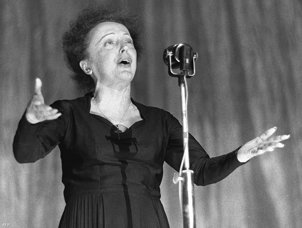 1960-ban, a párizsi Olympia színházban. A Non, Je ne regrette rien (Nem bántam meg semmit sem) Piaf késői korszakának egyik legismertebb dala, amit még legyengülve is a rá jellemző kifejező, erős torokhangon adott elő.
