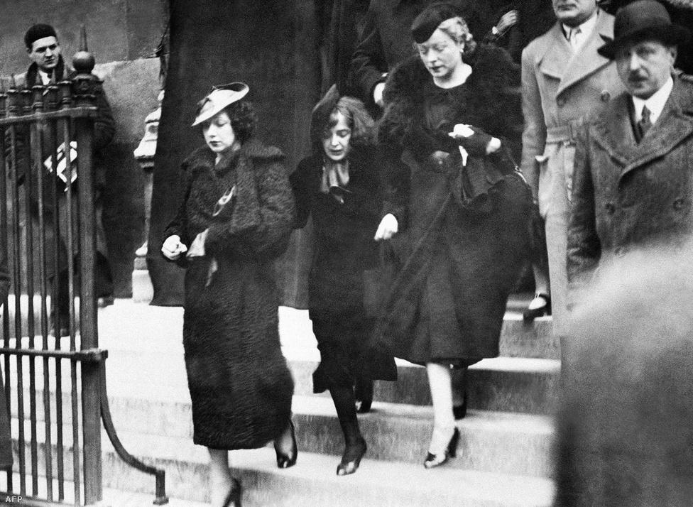 """Húszévesen, 1935-ben figyelt rá fel Louis Leplée, egy elegáns kabaré tulajdonosa a Champs-Élysées-n. Tőle kapta a Piaf becenevet is, ami a francia szlengben """"verebet"""" jelent. Ideges természetű, apró, 40 kilós nő volt. Egy évvel később Leplée-t meggyilkolták, a kép a temetésen készült."""