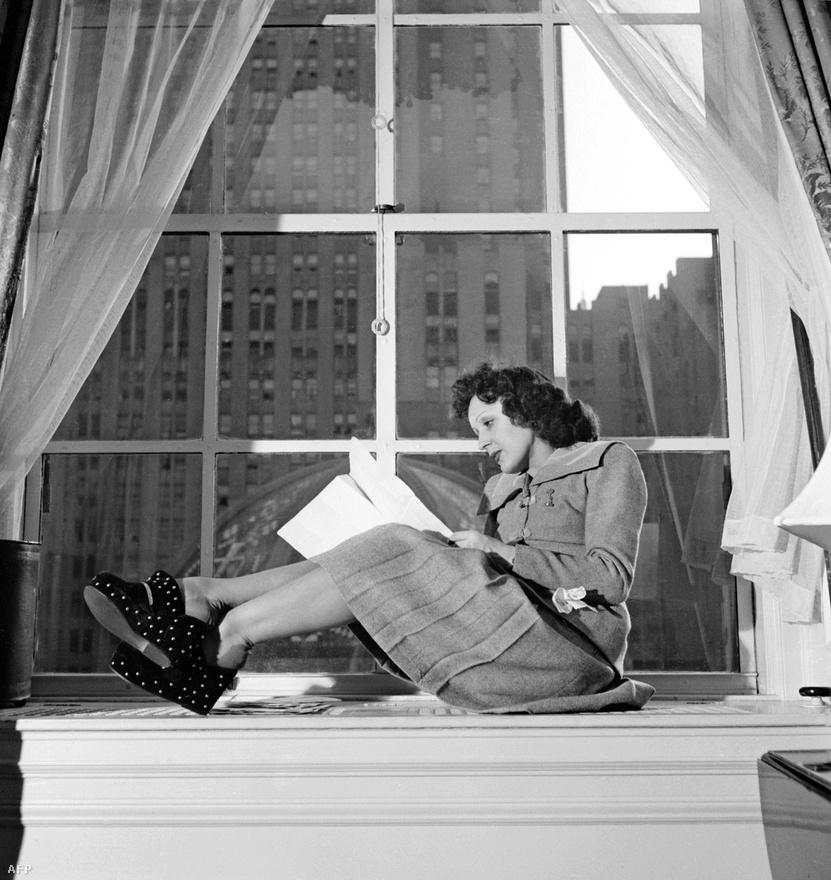 1950-ben, New Yorkban. Amerikában kezdetben nem szerették Piafot, mert túlságosan lehangolónak érezték. Aztán egyetlen lelkes kritika mindent megváltoztatott: összesen nyolcszor hívták meg az Ed Sullivan Showba, és egymás után kétszer, 1956-ban és 1957-ben is fellépett a Carnegie Hall-ban.