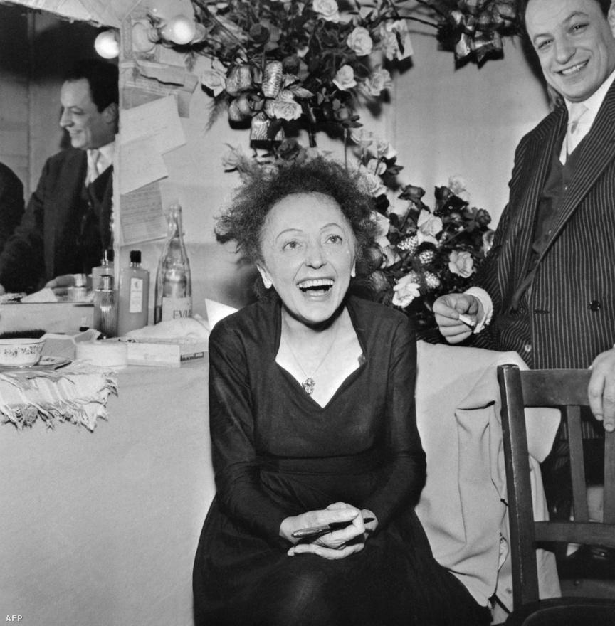 1960-ban, a nagy visszatérés kezdetén. Az előtte lévő évben mindössze két új dalt írt – 1934, azaz 19 éves kora óta nem volt olyan év, amelyben ennyire kevés új dal született volna. Igaz, az 1959-es számok közül az egyiket, a Milord címűt ma is rendszeresen beválogatják a leghíresebb 5 Piaf-dal közé. A háttérben Charles Dumont dalszövegíró, akivel Piaf az utolsó éveiben dolgozott együtt.