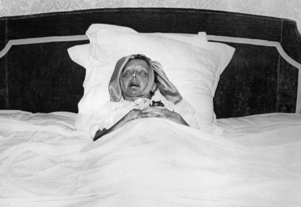 Halálos ágyán 47 évesen, 1963-ban. Az utolsó hónapokat végig delíriumban töltötte. A francia riviérán lévő nyaralóban halt meg, de Sarapo a holttestet titokban Párizsba vitte, hogy a halotti bizonyítványról úgy tűnjön, mintha szülővárosában halt volna meg. Párizs érseke Piaf feslett életére hivatkozva megtagadta az egyházi temetést, a gyászmenethez mégis több tízezren csatlakoztak.