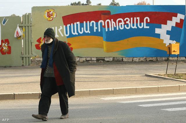 A Hegyi-Karabah zászlaja egy falfestményen. Stepanakert, Azerbajdzsán.