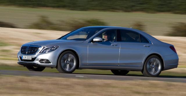 Alig több, mint két tonna. Az orra alumínium, de a többi része inkább acél, mégsem nehezebb a teljesen alumínium Audi A8-asnál