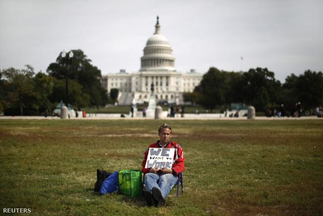 Dolgozni akaró közalkalmazott tüntet a kapitólium előtti gyepen