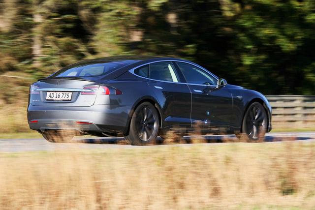 Az autó, amelyik újságírót, gyári embert egyaránt leterített a lábáról: Tesla Model S