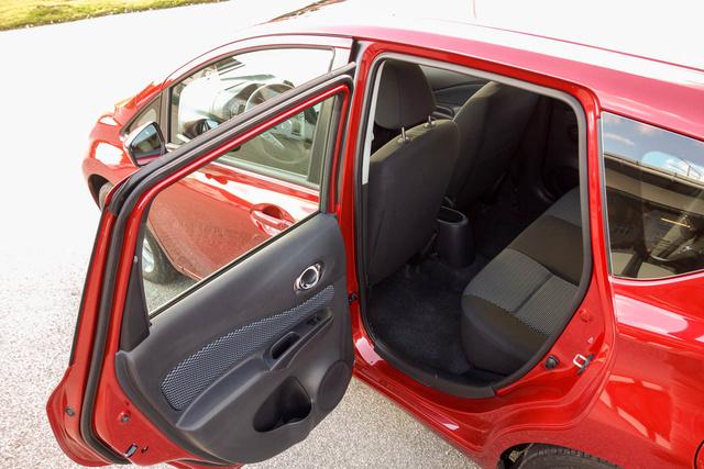 Derékszögben nyílik a hátsó ajtó - éljen a Nissan!