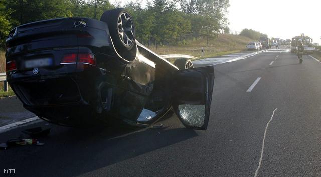 Felborult autó a baleset helyszínén az M3-as autópálya a 44-es kilométerszelvénynél,2012. augusztus 21.