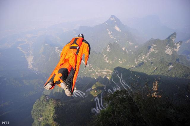 A magyar extrémsport egyik legismertebb bajnoka, Kováts Viktor életét vesztette Kínában, miközben a hamarosan kezdődő wingsuit világbajnokságra gyakorolt.