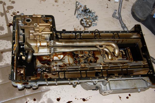 Az olajteknő alján is láthatók a hajtúród ütötte nyomok