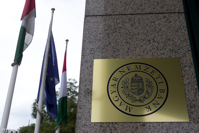Az MNB új logója a PSZÁF székházán