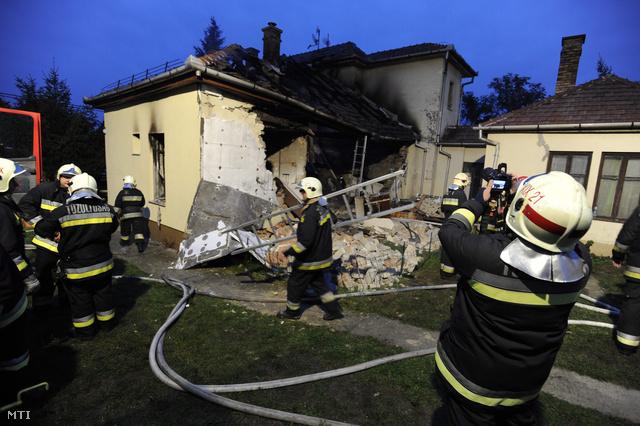 A régi építésű, nagy családi ház száz négyzetméteres szárnya súlyosan megrongálódott, falrészek omlottak be. A tűz gyorsan terjedt a tetőszerkezeten, de a kiérkező tűzoltók eloltották a lángokat.                         Több embert a rendőrök ébresztettek fel. A sérült ház közvetlen szomszédságából ideiglenesen az utcára terelték a lakókat. A romok alatt keresőkutyákkal kutattak sérültek, áldozatok után.