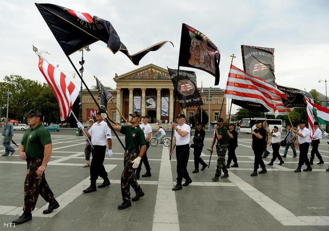 A bíróság által jogerősen betiltott Magyar Gárda megalapításának hatodik évfordulójára emlékeznek az utódszervezetek képviselői Budapesten a Hősök terén 2013. augusztus 25-én.