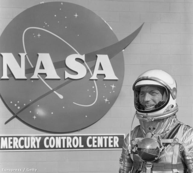 Scott CarpenterCape Canaveralban, a NASA Mercury program kiképző központja előtt, szkafanaderében