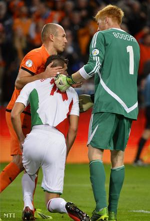 Arjen Robben (b) és Bogdán Ádám között Devecseri Szilárd, miután öngólt szerzett