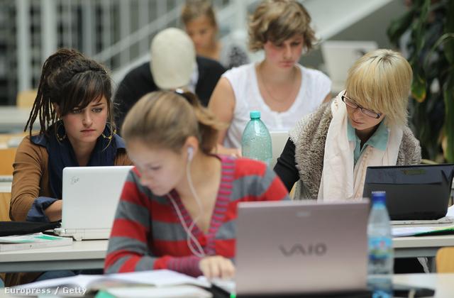 Tanulók a berlini Freie Universität könyvtárában