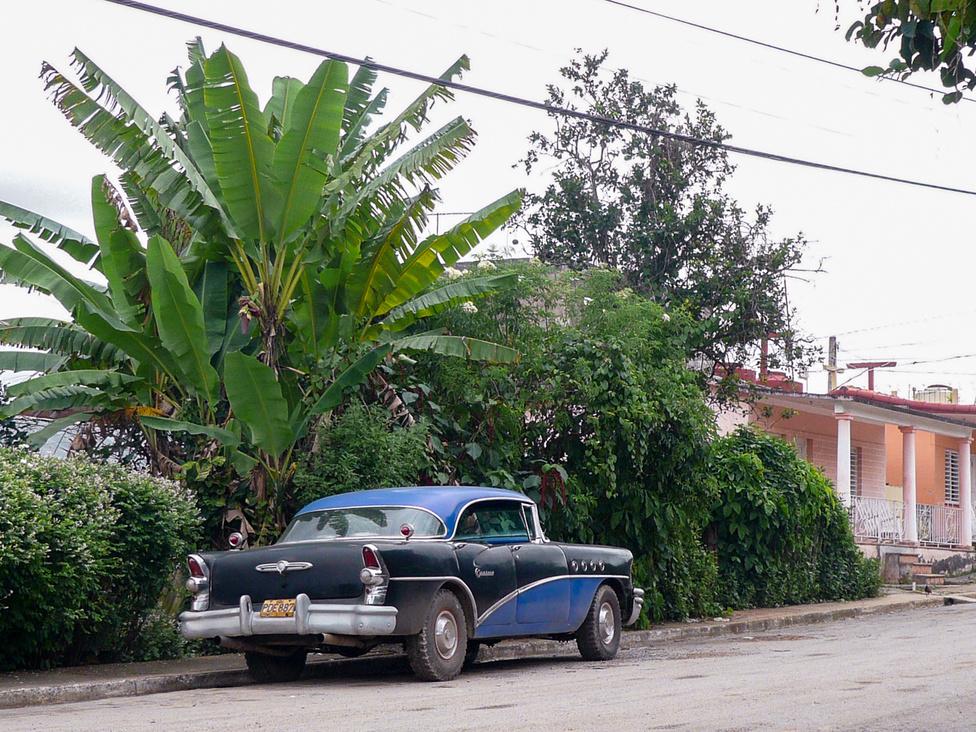 Tessék, egy kicsattanó állapotú SUV. A gumiabroncs óriási kincs, nagy király, akinek egyik gumija sem üt. Állítólag a keréklopás a leggyakoribb autóval kapcsolatos kihágás, amin néhány taxizás után már nem csodálkozom.