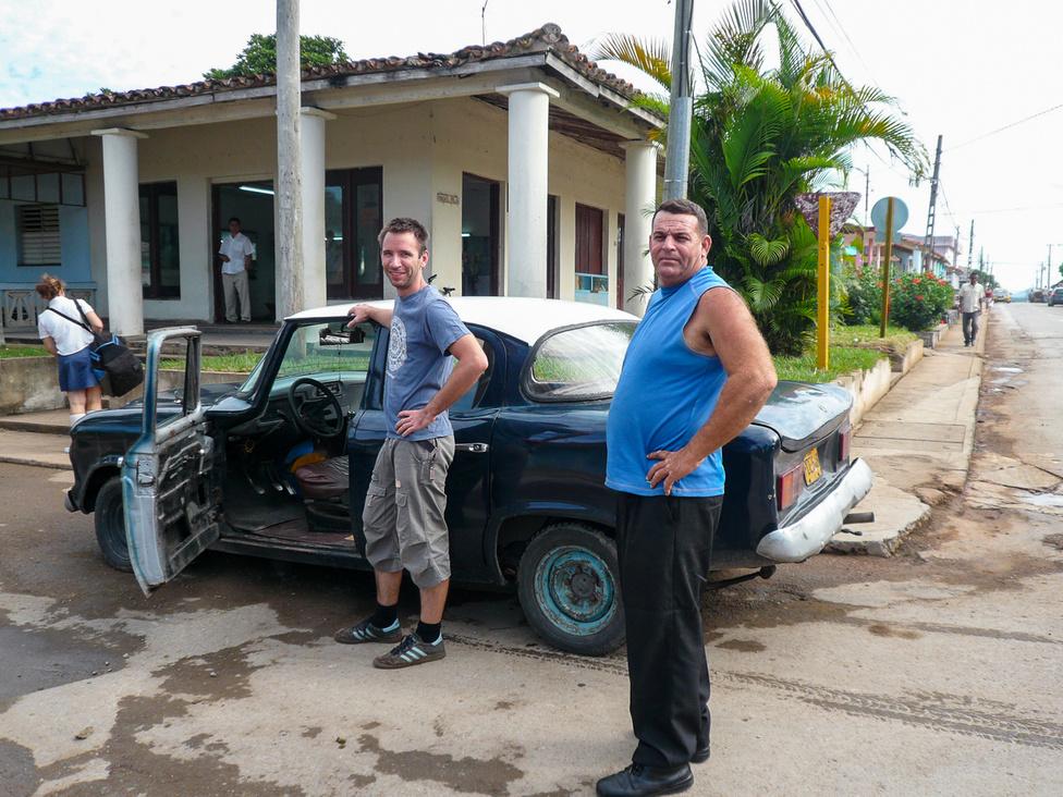 Egy Volga-motoros Studebaker Lark, alkalmi sofőrjével és büszke tulajdonosával. Felfoghatatlan állapotban volt az autó, nem mertem vele harmincnál gyorsabban menni. Rájöttem, hogy a kubaiak baromi ügyesen vezetnek.