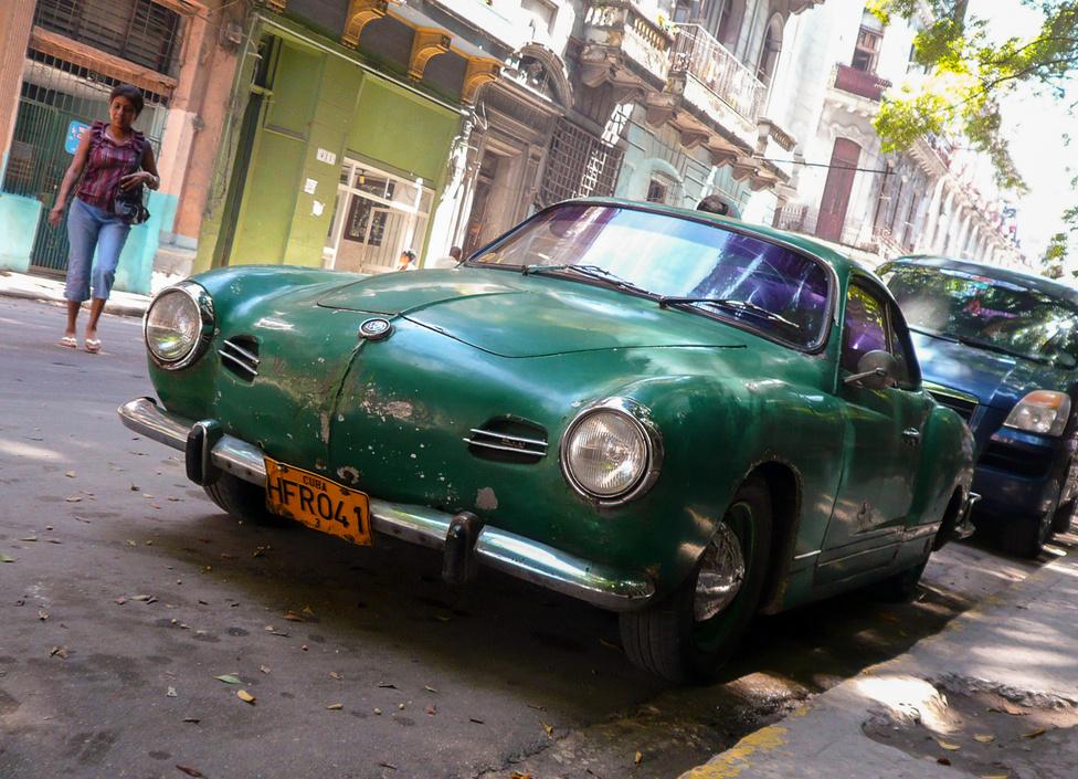 1959 a határvonal, a forradalom akkor győzött. Onnantól alig érkezett autó az országba, kivéve a szocialista gyártmányokat. Mindent életben tartanak, ami valamire használható, de a Karmann Ghia még mindig luxushangulatot áraszt.