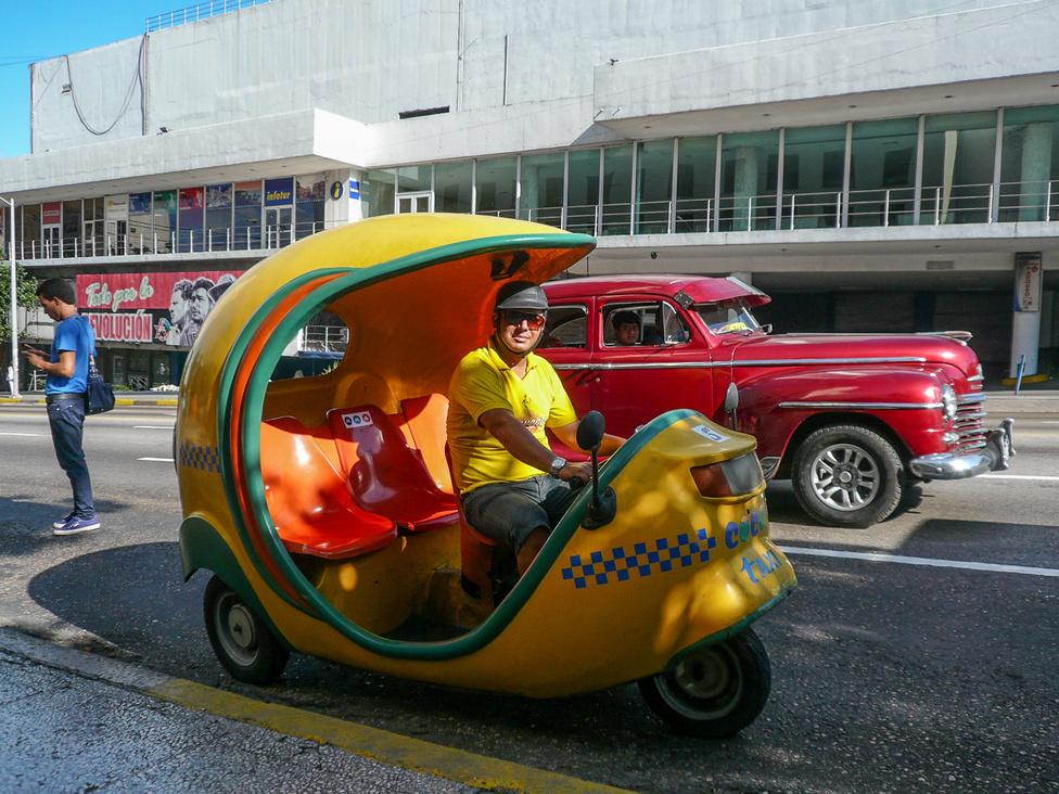 Valahonnan érkezhetett Havannába egy eltévedt szállítmány Vespa Ape, mert töménytelen ilyen háromüléses mopedtaxi van a városban. Közepes távolságokra olcsóbb, mint a rendes taxi, és hatalmas fun.