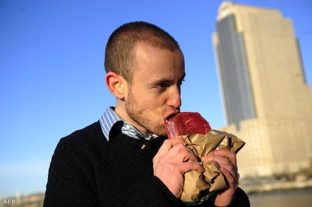 """""""Ősember"""" Vlad Averbukh, a paleolit diéta egyik megszállott követője eszik nyers húst a Hudson folyó partján, New Yorkban."""