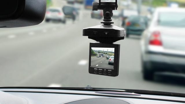Egy szélvédőre tapasztott kamera, forgatható kijelzővel