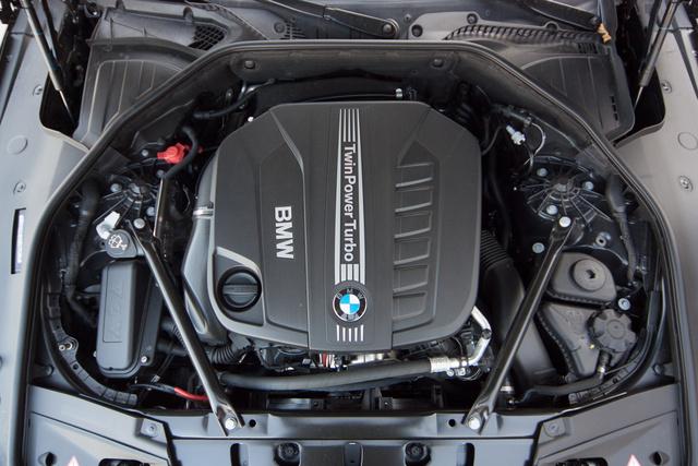 A BMW háromezres dízele a leggyengébb ehhez a kasznihoz. De egy 7-es nem lehet gyenge, így ez sem az