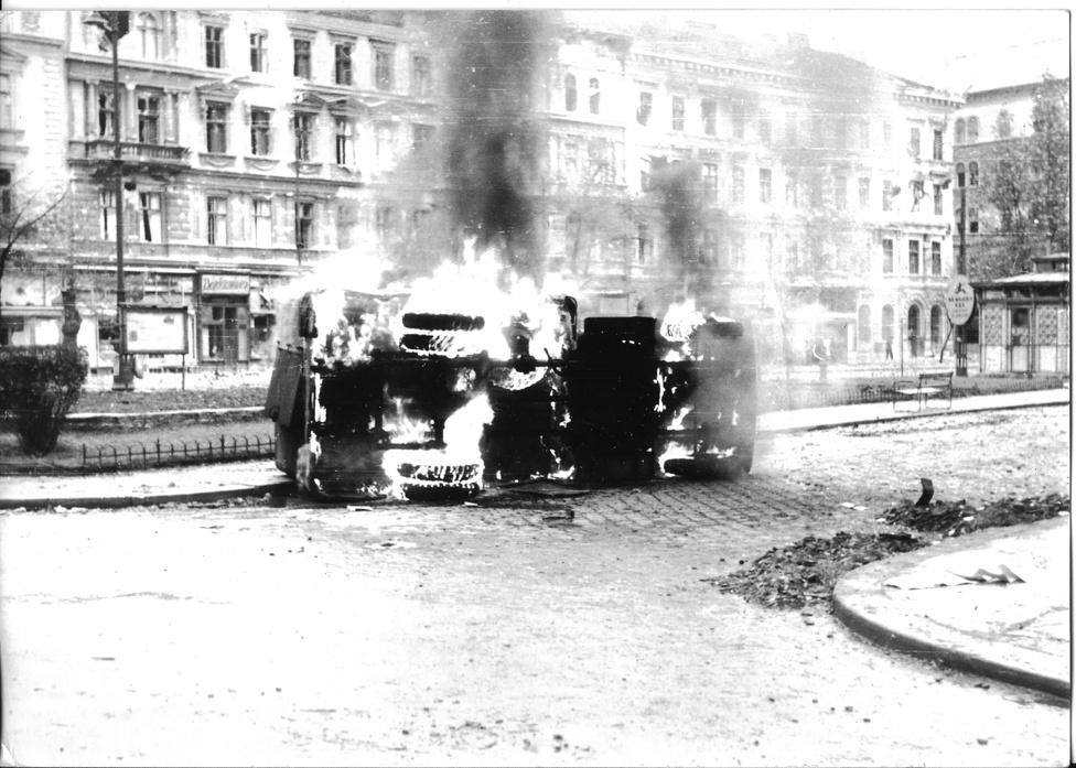 Felgyújtott postakocsi a Krúdy Gyula utca és Rökk Szilárd utca sarkán.