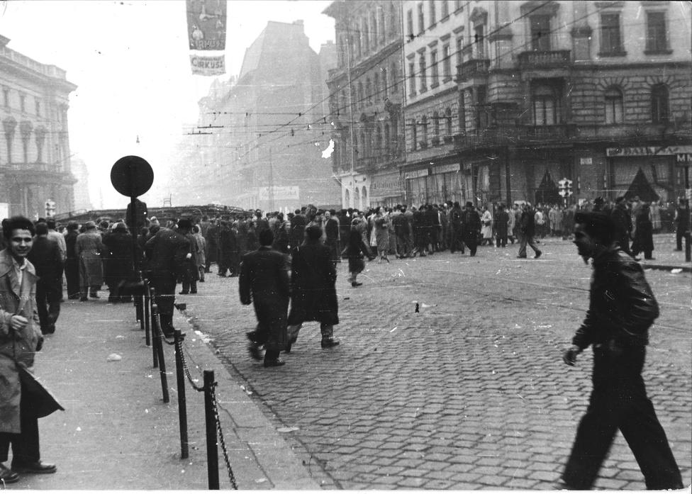 A Blaha Lujza tér a József körút felől, bal oldalon a Nemzeti Színház épülete