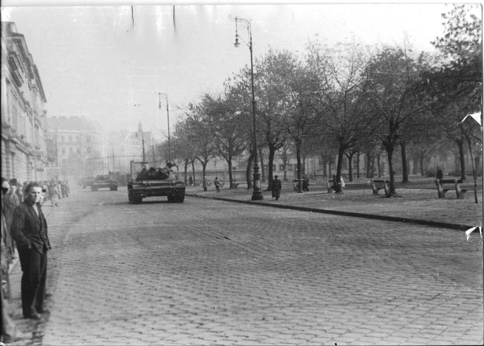 A II. János Pál pápa tér , a Pártház elől fényképezve, a Mosonyi utca felé.