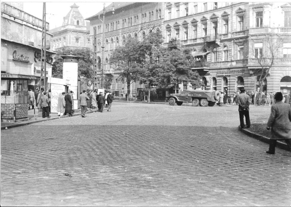 A Baross tér - Rottenbiller utca torkolata, ahol ma a felüljáró indul.