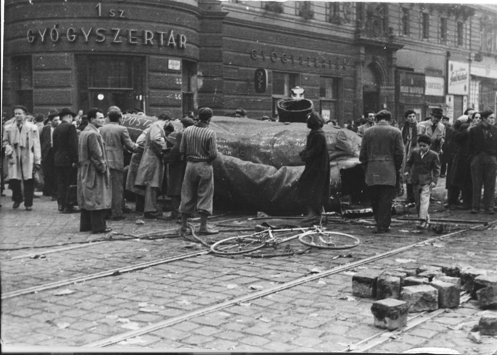 A Blaha Lujza tér a ledöntött Sztálin-szoborral