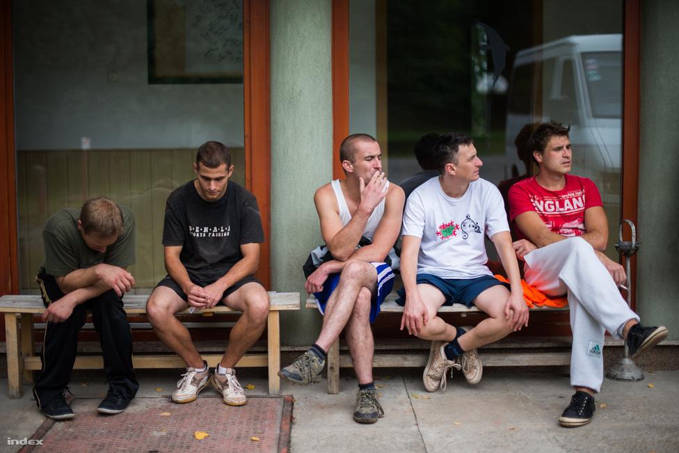 A Leo Amici Alapítvány komlói drogrehabilitációs intézménye a drogfüggést gyógyszeresen, például Metadonnal kezelő intézményekkel szemben a közösségi terápiára épül. A függők egész napjukat egymás társaságában töltik, kötött program szerint gyógyulnak. Az intézet életéhez tartozó összes mindennapi tevékenységet ők végzik, pontos beosztás szerint bevásárolnak, mosnak, főznek, takarítanak. Szabadidejükben cigiznek és fociznak, vagy az erdő oldalába épített edzőteremben gyúrnak.