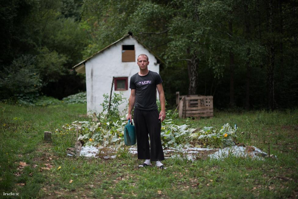 """Korábban kecskéket is tartottak a kertben, akik terápiás állatként vettek részt a munkában, de ma már csak konyhakert van, mert nem bírták a túl sok EU-s szabályt, amihez az állattartás kötődött. Tibor 27 éves, már általános iskolásként is ivott és füvezett. """"Nem nagyon voltak barátaim, szégyellős voltam, féltem a sötétben, a lakótelepen, ahol laktam elnyomtak a többiek, csokit lopattak velem a boltból. A fűben megtaláltam azt az érzést, amit kerestem, hogy nem kellenek barátok, csak a fű kell."""" Tibor rendészeti középiskolában tanult, de nem érettségizett le, dolgozni kezdett inkább. Akkori barátnőjével szokott rá az extasy-ra, napi két-három tablettát tolt rendszeresen, pénzt lopott otthonról és a barátnőjétől is, és minden ingóságát pénzzé tette. """"Csirkefeldolgozóban dolgoztam, ott volt az első öngyilkossági kísérletem. Bementem a kocsmába, megittam két sört, bevettem két marék gyógyszert, mert úgy éreztem, nincs tovább. Aztán kijöttem a kórházból, és még aznap folytattam a cuccozást"""" - meséli. 2010-ben találkozott a dizájnerdrogokkal, mefedront és mdpv-t használt. """"Meghülyítettek, két-három napokat voltam ébren, köröket mentek a lakásban, hangokat hallottam, árnyakat láttam, nem bírtam emberek közé menni. Le voltam fogyva, húsz kilóval voltam kevesebb, mint most és eltorzultnak láttam az arcomat"""" - de ezek sem állították meg. Fiatal lányokat szoktatott rá a dizájner drogokra, hogy aztán szexuális tárgyként használhassa őket. """"Volt olyan, hogy pornófilmet akartunk forgatni, hogy majd eladjuk a neten. De persze nem sikerült, mert a mefedrontól senkinek nem állt fel. Ötletnek viszont jó volt. Rendszeres vizelési kényszerem volt, előfordult, hogy bepisiltem a buszon"""". Nem ez az első próbálkozása a leszokása, de mint mondja, a korábbiaknál nem akarta igazán, akkor csak az édesanyja miatt vágott bele. """"Aztán elegem lett, hogy nem tudok felnőni, édesanyámnak nem is engedtem meg, hogy elhozzon. Most magam miatt jöttem."""""""