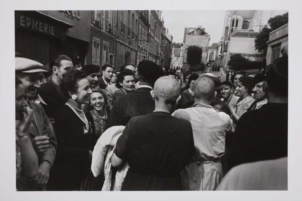 Chartres, 1944. augusztus 18. Miután a szövetségesek felszabadították a várost, ezt a francia nőt, akinek német katonától született gyermeke, a városlakók nyilvánosan megszégyenítették; levágták a haját. Anyját (középen, sötét ruhában) szintén kopaszra nyírták.