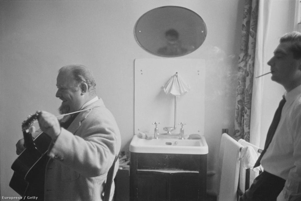 Kórházi látogatóban John Huston kétszeres Oscar-díjas amerikai filmrendezőnél, 1953.