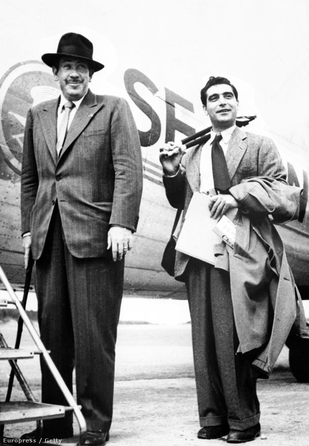 John Steinbeck, amerikai íróval, 1947. július 29-én. A következő évben utaztak közösen a Szovjetunióba, a Capa fényképeivel illusztrált könyv Az orosz napló címmel jelent meg
