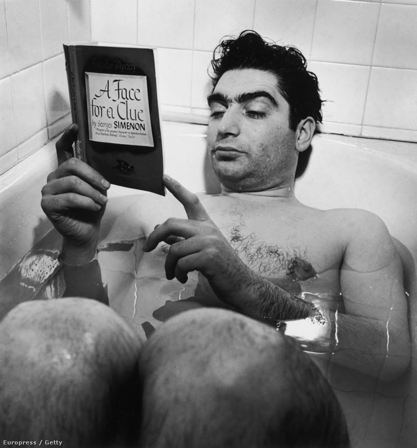 1942. októbere, New York. Robert Capa fotós kollégája, Myron Davis lakásán olvas a fürdőkádban. Capa előszeretettel fürdőzött órákig bárhol. Steinbeck közös útjukról szóló könyvében panaszkodott is erre, mert nehéz volt hozzájutnia a közös fürdőszobákhoz a hotelekben.